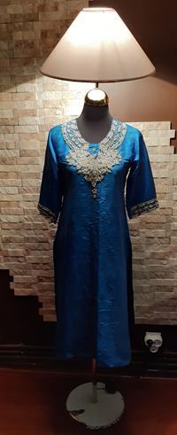 Otantik 40+ senelik el yapımı tel kırma işlemeli turkuaz saf ipek giysili kadın lambader resmi