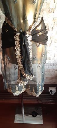 Otantik 40+ senelik el yapımı tel kırma, pul, inci işlemeli füme organza giysili gizemli kadın lambader resmi