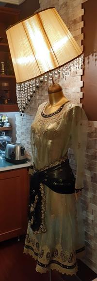 Otantik 40+ senelik el yapımı zengin tel kırma, boncuk, pul işlemeli yeşil organza giysili eteği zilli taş boncuk peçeli kadın lambader resmi