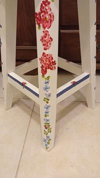 Antika çiçek bahçesi temalı tasarım ceviz tabureler resmi