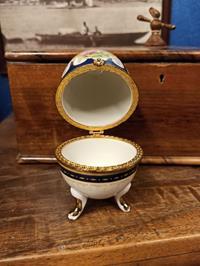 Fransız porselen frogonat desenli yumurta şekilde mücevher kutusu resmi