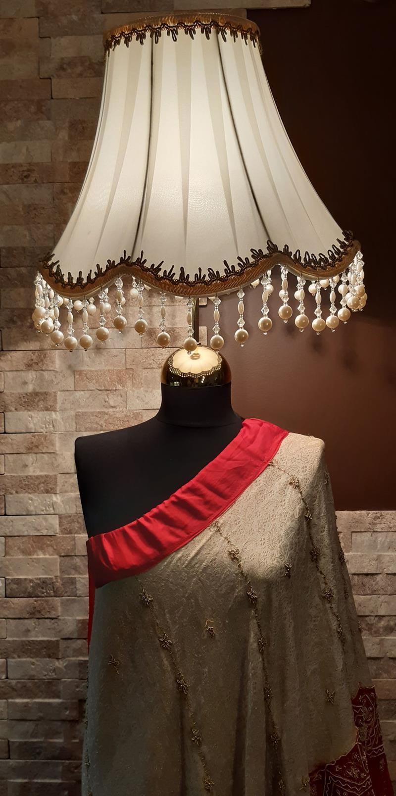 Otantik 40+ senelik el yapımı ağır işlemeli giysili incili başlıklı gösterişli kadın lambader resmi