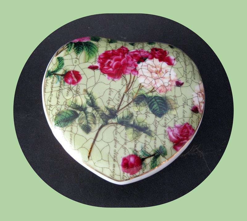 Kullanılmamış, orijinal kutusunda 3lü porselen dekoratifler resmi