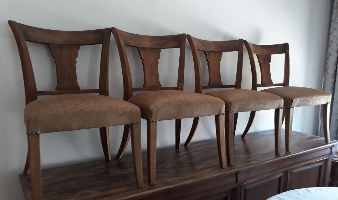 Ahşap sandalyeler resmi