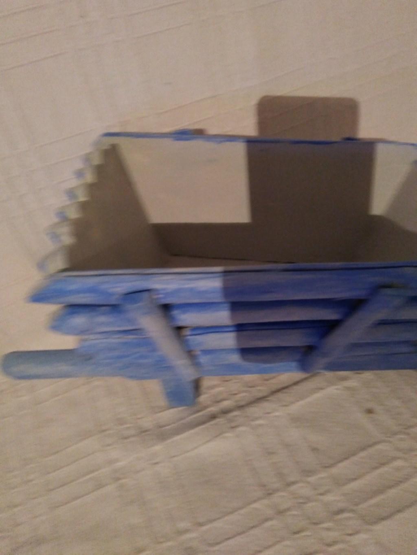 Ahşap kutu ve mavi el araba obje resmi