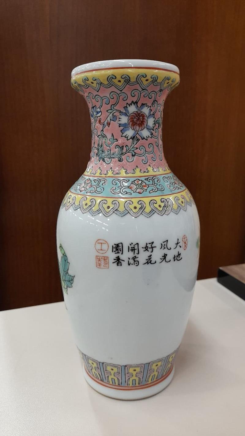 El boyama kırmızı damgalı porselen vazo resmi