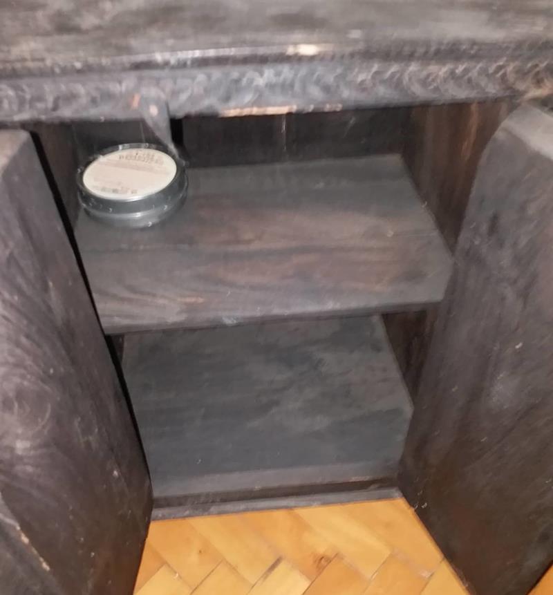 Antika dolap çok eski pirinç katmanların ışlendiği ahşap dolap resmi