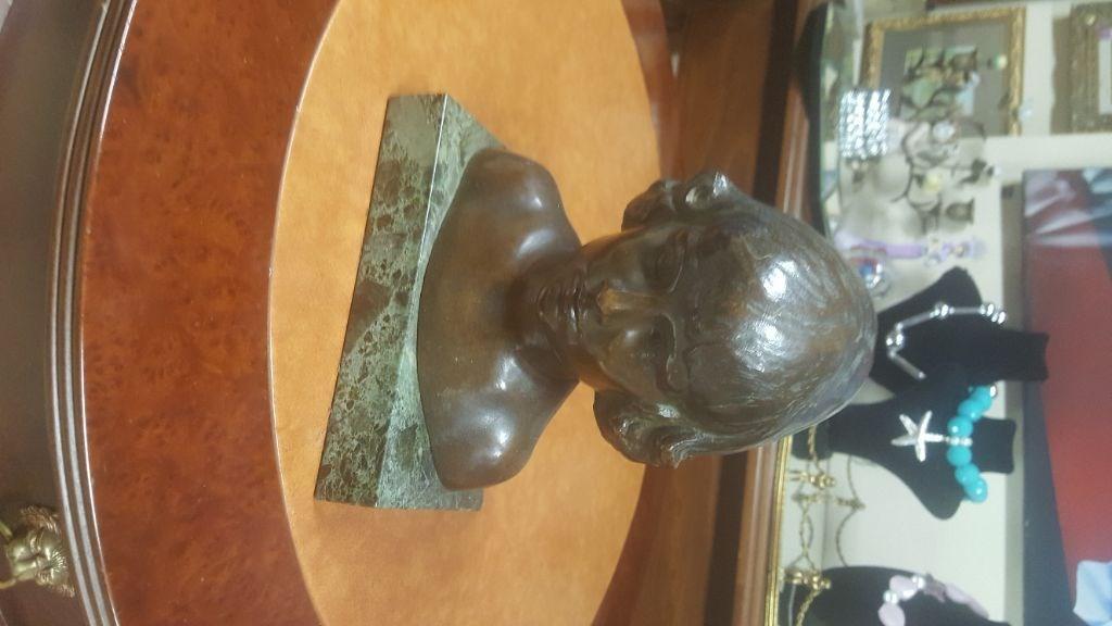 Antika mermer ve bronz çocuk heykeli resmi