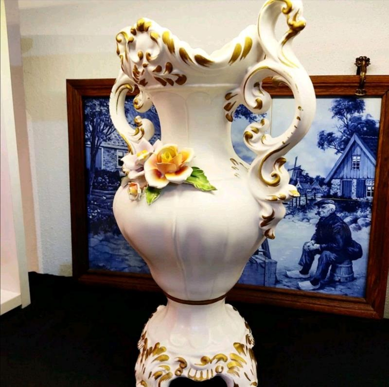 Capidomonte imzalı vazo resmi