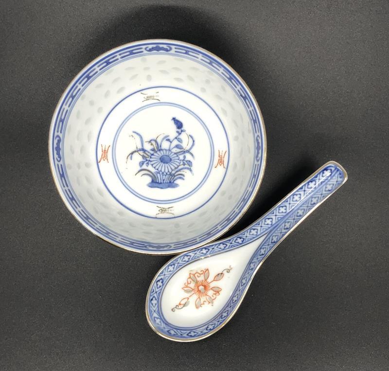Vintage pirinç detaylı kase ve kaşığı… resmi
