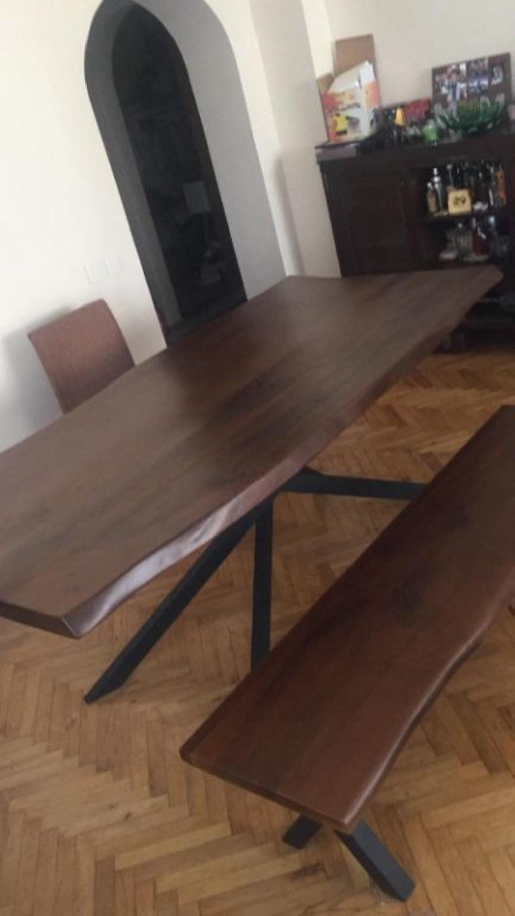 Ceviz masa ve bank resmi