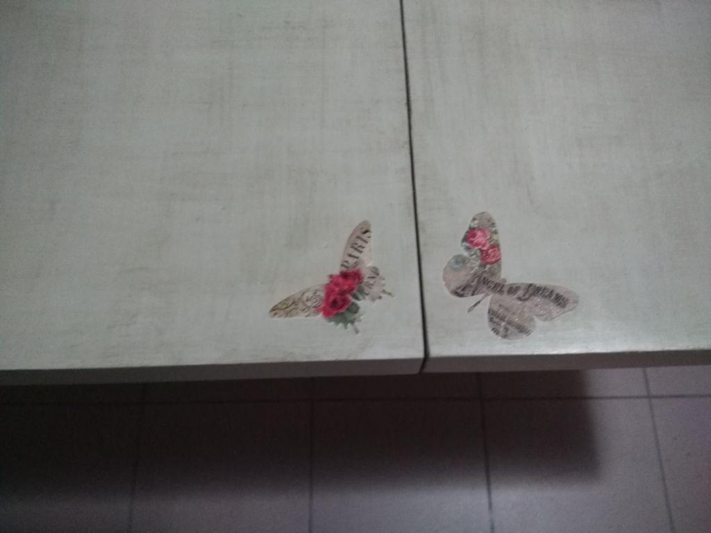 Eskilerden yenilenmiş country tarz kelebekli açılır masa resmi