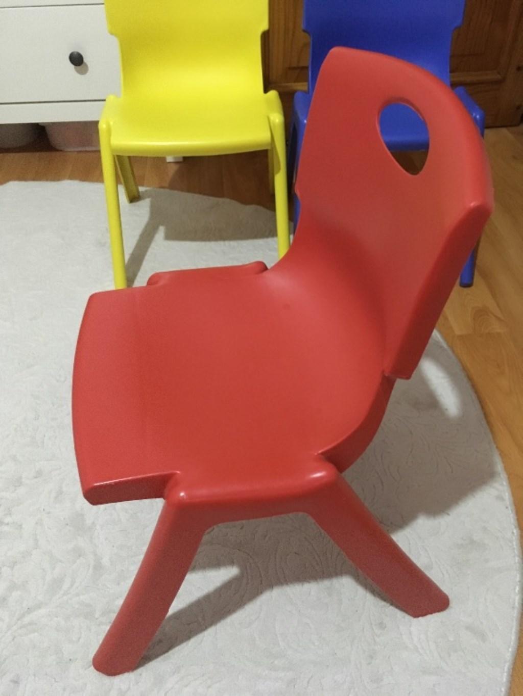 Renkli plastik çocuk sandalyesi resmi